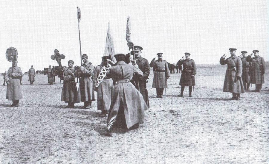 Верховный правитель вручает полковое знамя. 1919. Фото: © Wikimedia Commons
