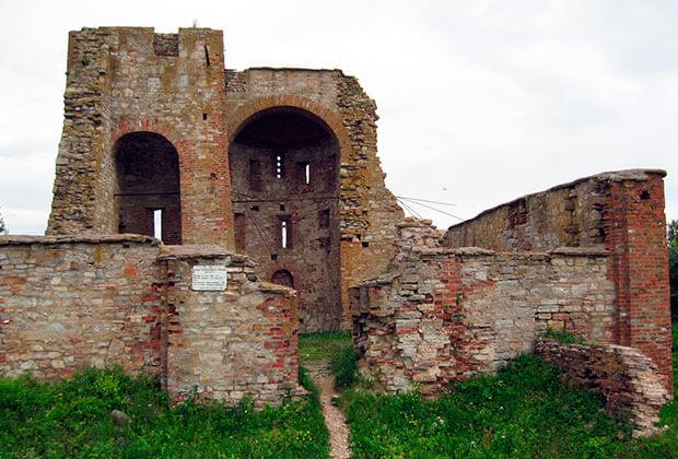 Руины церкви Благовещения на Городище в окрестностях Великого Новгорода. 1103 год, XIV век. Фото: Vash Alex kun / Wikipedia